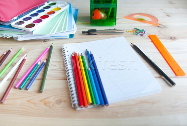 Powrót do szkoły wiele przybory szkolne tabeli działalności Zdjęcia stock © raduga21