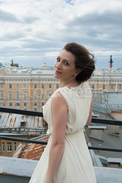 Piękna kobieta przepiękny uśmiechnięta kobieta wiatr dachu niebo Zdjęcia stock © raduga21