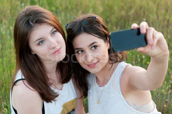 Twee tienermeisjes buitenshuis meisje Stockfoto © rafalstachura
