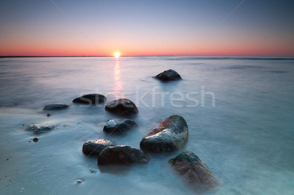 Zeegezicht zonsondergang schilderachtig oostzee stenen Stockfoto © rafalstachura
