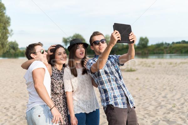 Groep vrienden tablet Stockfoto © rafalstachura