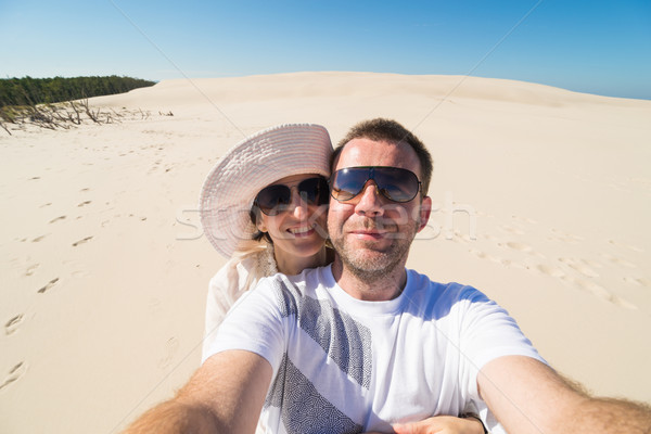 Pár elvesz homok égbolt felnőtt homokdűne Stock fotó © rafalstachura