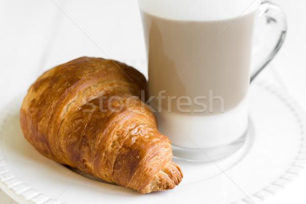 Kruvasan cam kahve beyaz plaka tablo Stok fotoğraf © rafalstachura