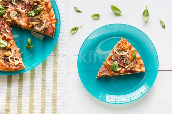 Friss pizza prosciutto hagyma bazsalikom tányér Stock fotó © rafalstachura