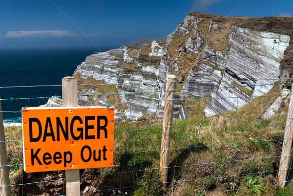 Danger sur signe bord élevé Photo stock © rafalstachura