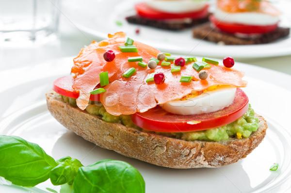 Kanapkę wędzony łosoś awokado pomidorów jaj ryb Zdjęcia stock © rafalstachura
