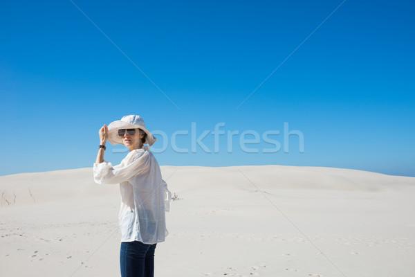 Mujer sombrero gafas de sol pie duna Foto stock © rafalstachura