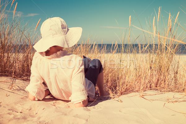 Dame chapeau sable regarder mer vintage Photo stock © rafalstachura