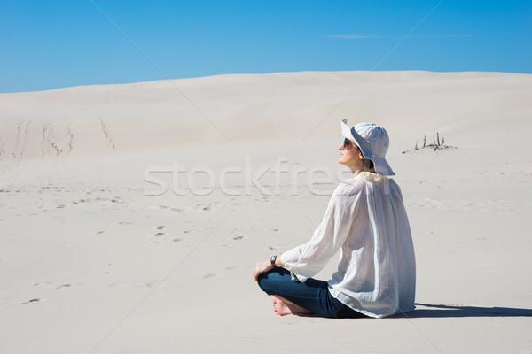 Femme séance sable regarder ciel plage Photo stock © rafalstachura