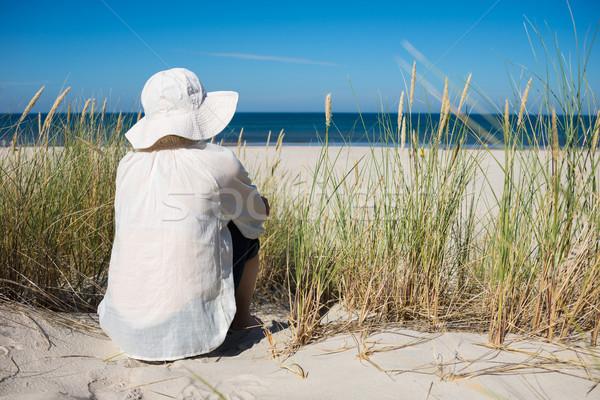 Mujer sesión duna mirando mar cielo Foto stock © rafalstachura