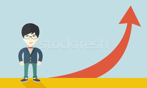Asian zakenman permanente naast Rood pijl Stockfoto © RAStudio