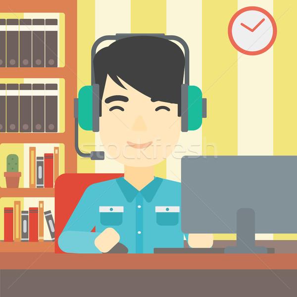 Man spelen computerspel asian woonkamer hoofdtelefoon Stockfoto © RAStudio