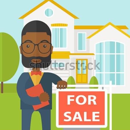 Agente immobiliare piedi accanto vendita Foto d'archivio © RAStudio