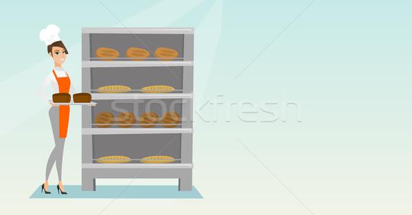 Mutlu genç fırıncı tepsi ekmek Stok fotoğraf © RAStudio