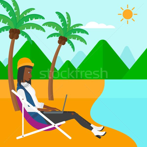 Foto stock: Mulher · de · negócios · sessão · salão · laptop · praia · trabalhando