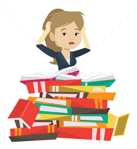 Student posiedzenia ogromny książek Zdjęcia stock © RAStudio