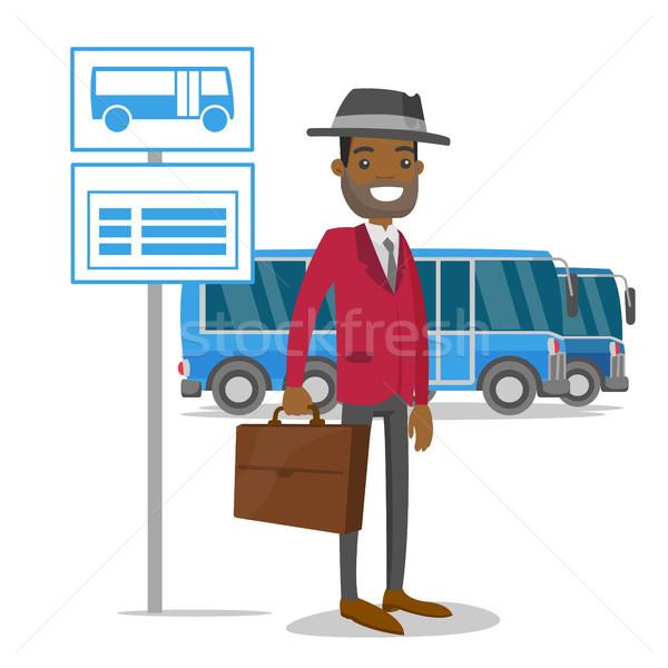 Man wachten bushalte dienstregeling zwarte man kaukasisch Stockfoto © RAStudio