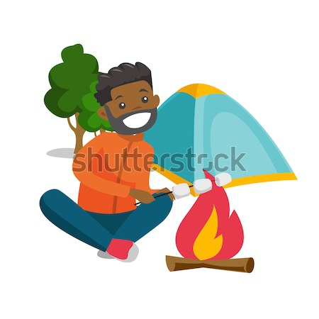 Homem marshmallow fogueira jovem sessão alegre Foto stock © RAStudio