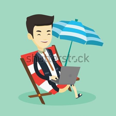 Foto stock: Mulher · de · negócios · trabalhando · laptop · praia · jovem · sessão