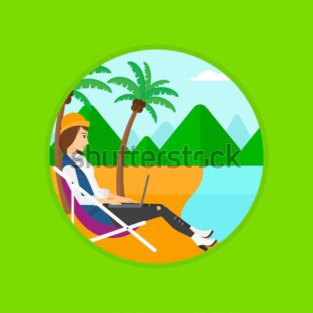 Foto stock: Mulher · de · negócios · trabalhando · laptop · praia · sessão · salão