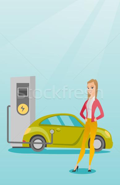Elektrische auto jonge kaukasisch vrouw station permanente Stockfoto © RAStudio