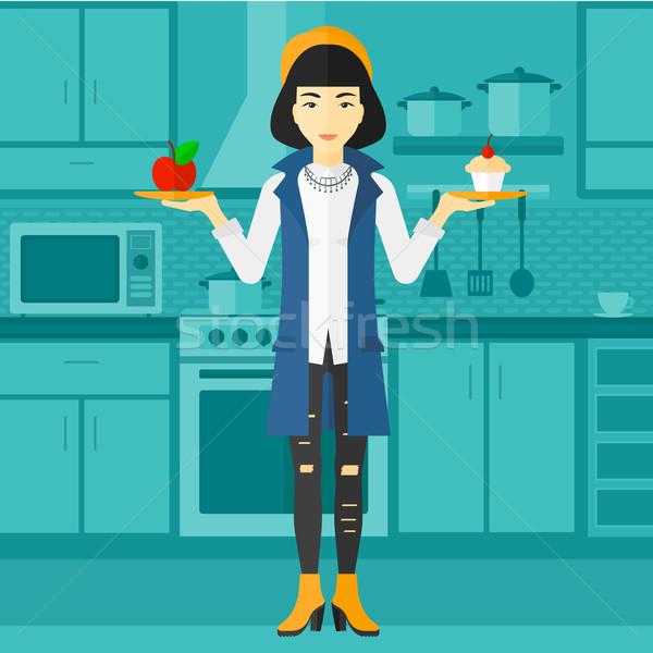 Mulher maçã bolo asiático em pé cozinha Foto stock © RAStudio