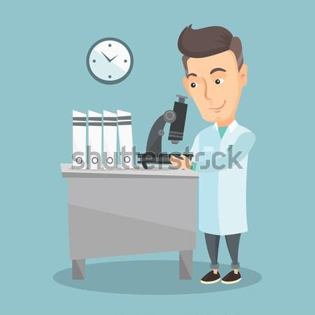 Laboratoire assistant microscope travail jeunes Homme Photo stock © RAStudio