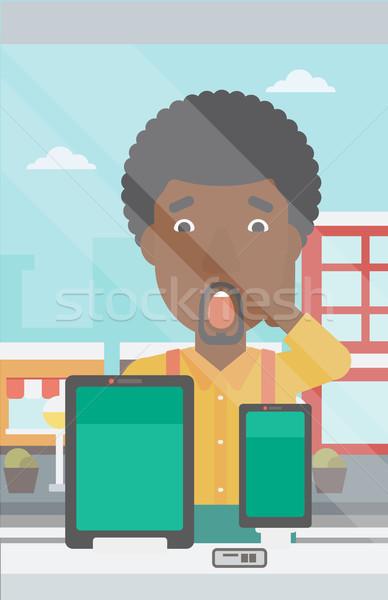 Férfi néz digitális tabletta okostelefon bolt Stock fotó © RAStudio