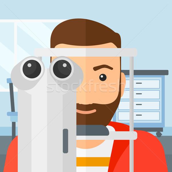 Patient homme barbe examen de la vue Photo stock © RAStudio