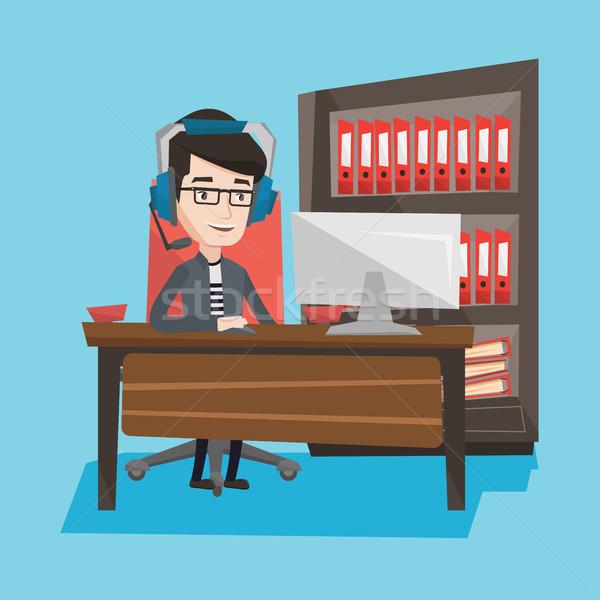 Człowiek gry gra komputerowa młodych Zdjęcia stock © RAStudio
