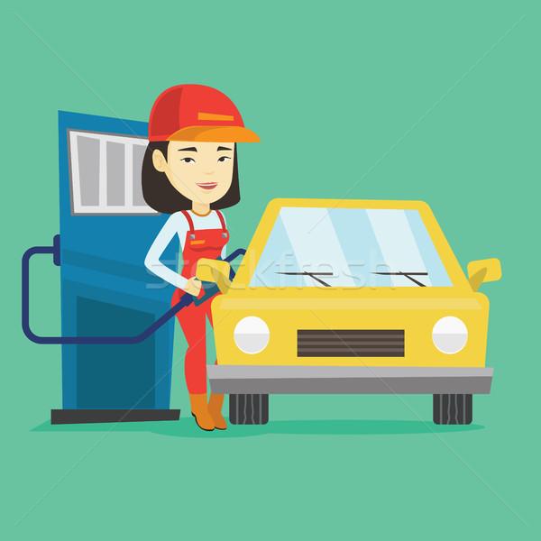 商业照片: 工人 · 填充 ·上· 燃料 · 汽车 · 加油站图片