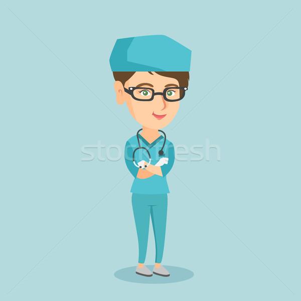 Jóvenes caucásico cirujano los brazos cruzados pie Foto stock © RAStudio