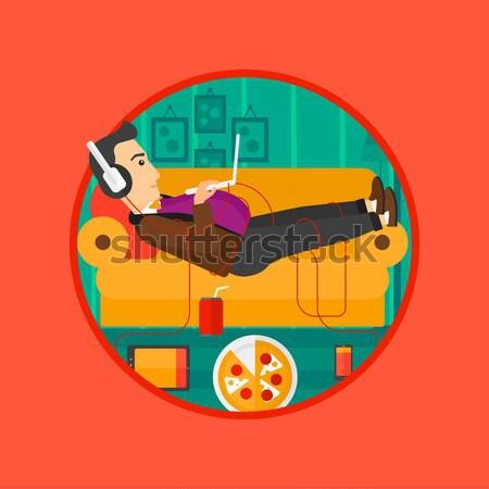 Man sofa veel gadgets buik ontspannen Stockfoto © RAStudio