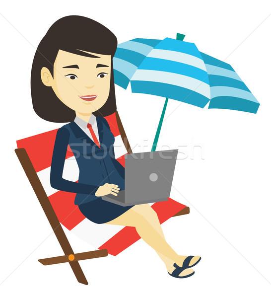 Сток-фото: деловой · женщины · рабочих · ноутбука · пляж · азиатских · сидят