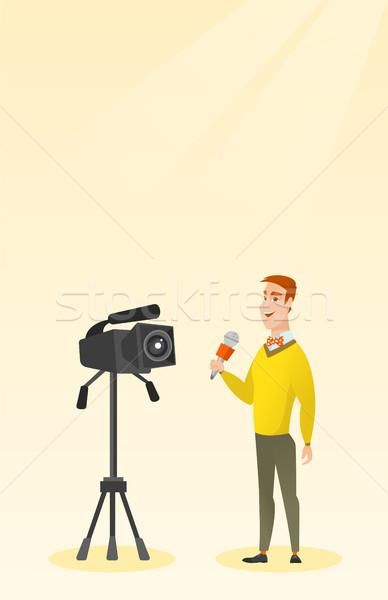 Tv verslaggever microfoon camera kaukasisch permanente Stockfoto © RAStudio