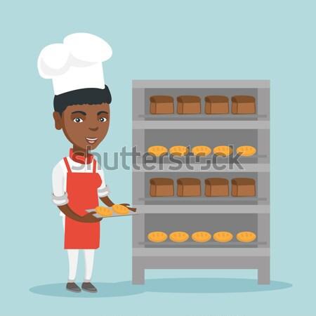 Gelukkig jonge vrouwelijke bakker dienblad Stockfoto © RAStudio