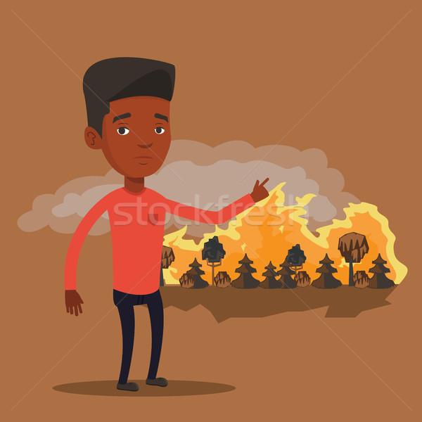 Man permanente wildvuur bosbrand wijzend Stockfoto © RAStudio