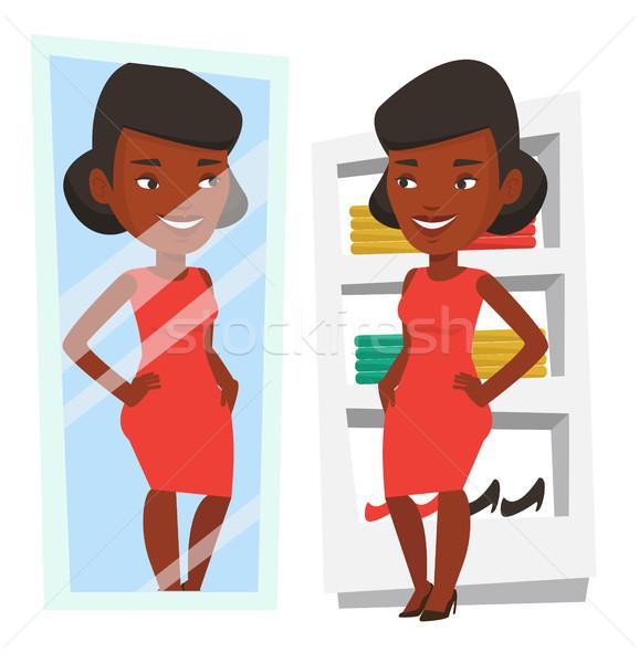 Mujer ropa vestidor mirando espejo vestido Foto stock © RAStudio