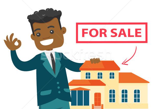 Jonge afrikaanse makelaar aanbieden huis verkoop Stockfoto © RAStudio