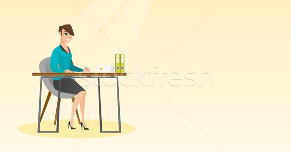 журналист Дать ноутбук карандашом сидят таблице Сток-фото © RAStudio