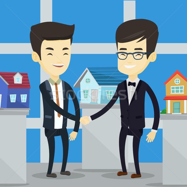 Accord agent immobilier acheteur jeunes asian agent immobilier Photo stock © RAStudio