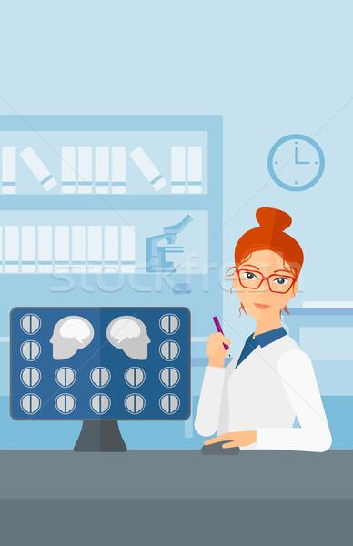 Medico mri risultati guardando scansione schermo del computer Foto d'archivio © RAStudio