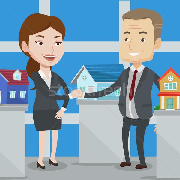 Accordo agente immobiliare acquirente stringe la mano cliente ufficio Foto d'archivio © RAStudio