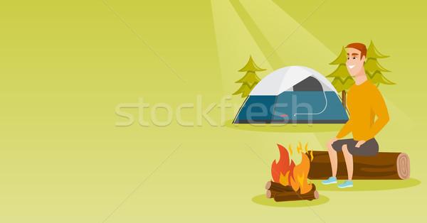 Foto stock: Homem · sessão · fogueira · camping · jovem · caucasiano