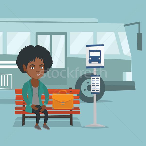 Africano mulher espera ônibus parada de ônibus mulher de negócios Foto stock © RAStudio