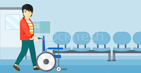 Hombre empujando silla de ruedas Asia vacío hospital Foto stock © RAStudio