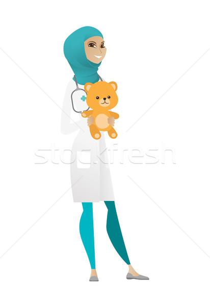 çocuk doktoru doktor oyuncak ayı Müslüman ayakta Stok fotoğraf © RAStudio