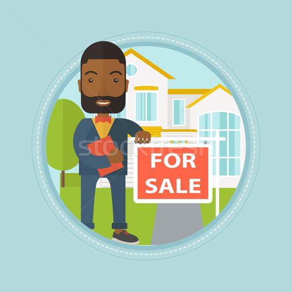 Agente immobiliare offrendo casa african vendita Foto d'archivio © RAStudio