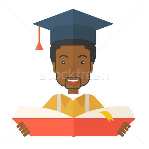Zwarte man afstuderen cap lezing boek Stockfoto © RAStudio