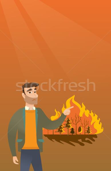Hombre pie incendios forestales jóvenes caucásico senalando Foto stock © RAStudio